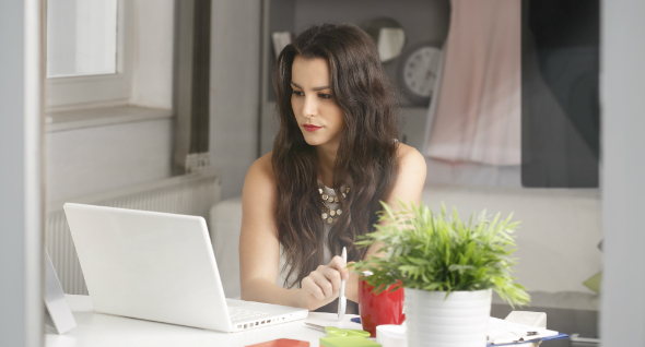 femme travaillant sur un bureau à domicile
